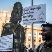 Milano, flash-mob in piazza Duomo dei centri sociali per il sindaco di Riace