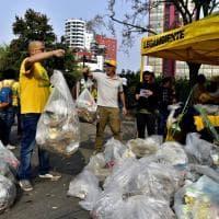 #oggiraccolgoio Milano, i volontari ripuliscono i giardini di via Nervesa