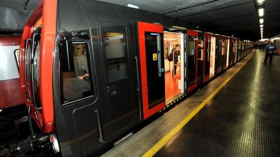 Quindicenne si getta sui binari del metrò a Milano, salvata dalla frenata del macchinista eroe