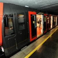 Quindicenne si getta sui binari del metrò a Milano, salvata dalla frenata