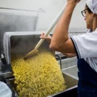 Quintali di pasta e barili di salsa, la cucina scolastica più grande d'Europa è a Milano