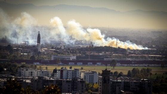 Caldo anomalo, 31 gradi a Bergamo. Incendio fuori città, il forte vento lo alimenta