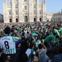 Milano: piazza Duomo si tinge di bianco e di verde, l'invasione dei tifosi del Betis Siviglia