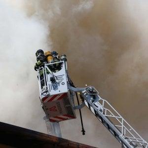 Discarica di rifiuti in fiamme, colonna di fumo nel cielo di Cremona
