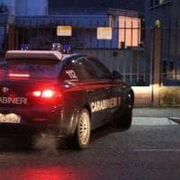 Pavia, tenta di bloccare i ladri nella casa del vicino: accoltellato