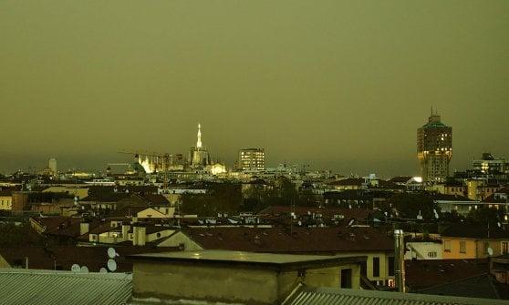 Milano, tra un temporale e l'altro il fenomeno del cielo giallo