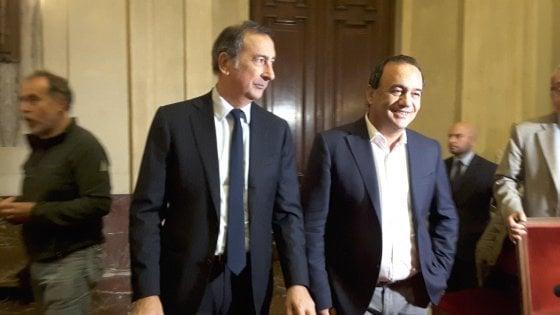 """Il sindaco di Riace Lucano a Milano, folla per incontrarlo. Sala: """"Mimmo, siamo con te"""""""
