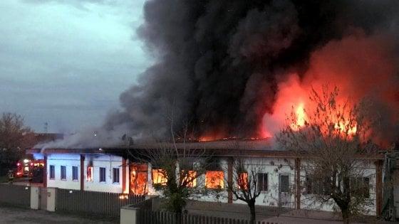 Pavia, va a fuoco ditta di salumi: gravemente ferita la titolare. Colonna di fumo invade la zona