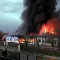 Pavia, va a fuoco ditta di salumi: ferita la titolare. Colonna di fumo invade la zona
