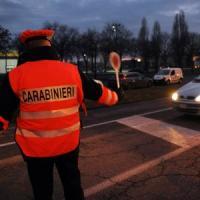 Bergamo, ladri in fuga investono due carabinieri al posto di controllo: ricercati
