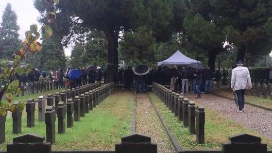 """Milano, """"no"""" al saluto romano alla commemorazione dei caduti della Rsi al Campo X"""