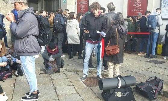 Milano, l'esercito degli under 30 in coda per la primina di Attila: la notte in tende e sacchi a pelo