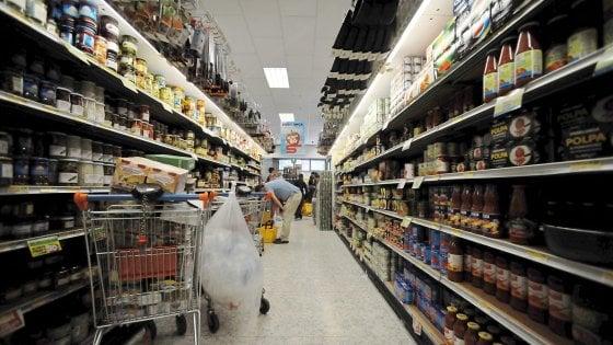 Milano, furto di notte al supermercato: preso il ladro di tonno