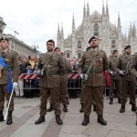 Milano, festa del 4 novembre: forze armate in Duomo per la cerimonia dell'alzabandiera