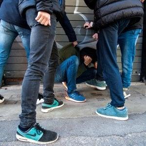 Lecco, difende il figlio dai bulli che lo tormentano: 53enne pestato dal branco