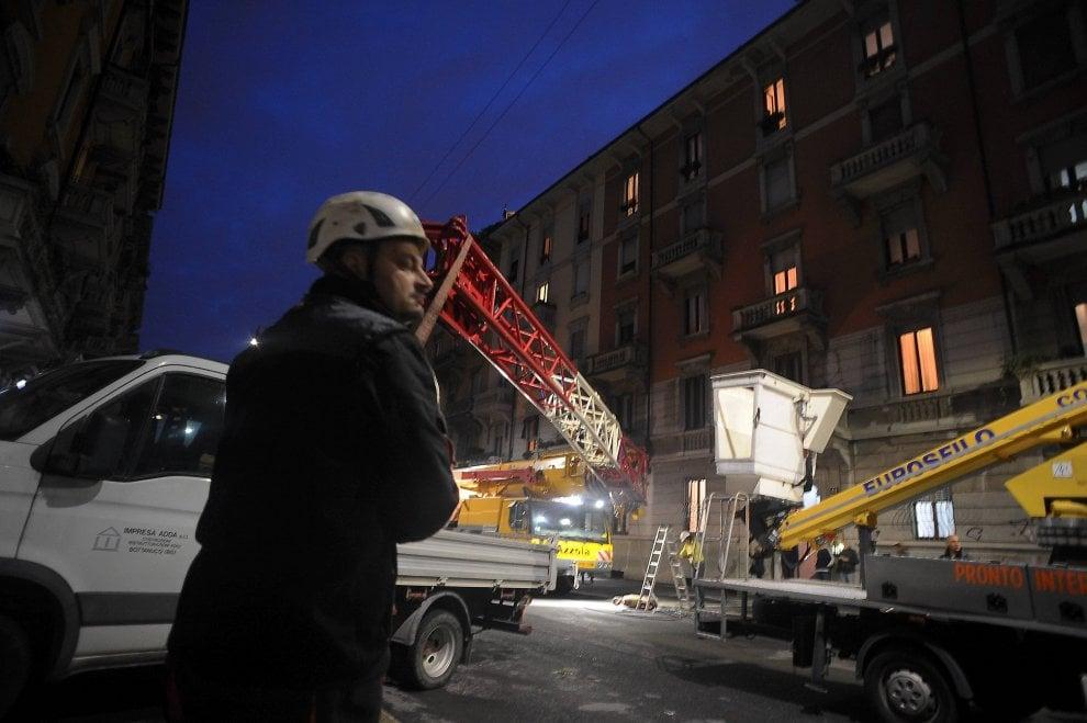 """Milano, gru """"cede"""" e cade sul palazzo: l'intervento dei pompieri"""
