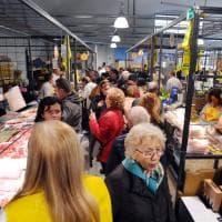Frutta e verdure stagionali, salumi bio e vino: visita all'interno del mercato di Porta Romana