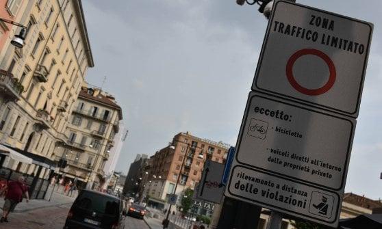 """Area B a Milano, si slitta a febbraio: diesel Euro 3 """"fuorilegge"""" nella Ztl più grande d'Italia"""
