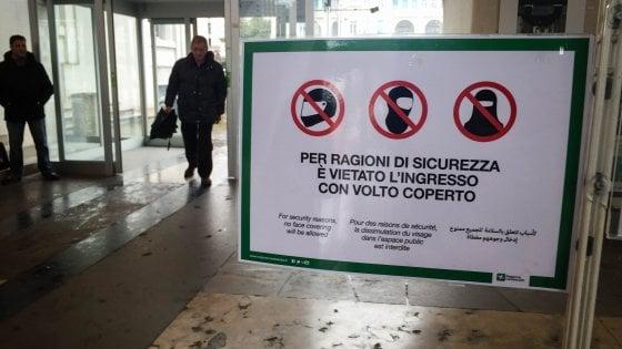 """Milano, """"lei qui non può entrare"""": donna somala con foulard in testa cacciata dall'ufficio postale"""