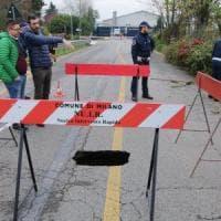 Milano, voragine nell'asfalto in via Fantoli: ponte chiuso e bus deviati