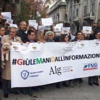 #Giùlemanidallinformazione: a Milano il flash mob dei giornalisti