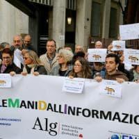 """Milano, """"#giulemanidallinformazione"""": al flash mob dei giornalisti slogan e cartelli contro Di Battista e i 5 Stelle"""