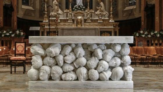 Gallarate, un altare con cento teste mozzate: polemiche per la scultura nella basilica