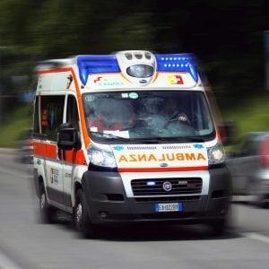 Incidente sul lavoro nel Milanese, scivola e batte la testa mentre scarica il furgone: è grave