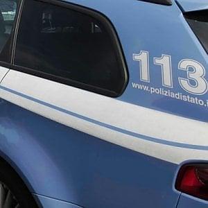 Milano, rapinatrice cade a terra e parte un colpo di pistola: ferito il complice, tutti e due in manette
