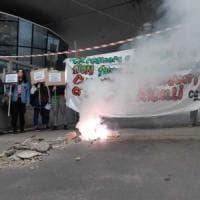 Milano, la protesta degli studenti contro il governo: scaricano macerie