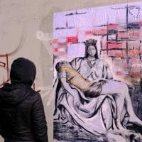 """Milano, """"La pietà di Rogoredo"""" al boschetto della droga"""