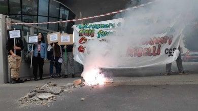 La protesta degli studenti contro il governo: macerie e slogan davanti al provveditorato