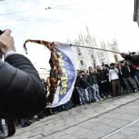 Milano, bandiere di Lega e M5S bruciate in piazza Duomo durante la manifestazione...