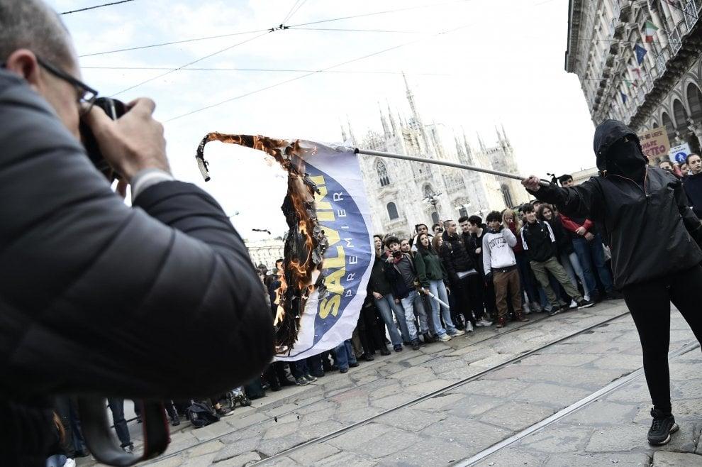 Milano, bandiere di Lega e M5S bruciate in piazza Duomo durante la manifestazione studentesca