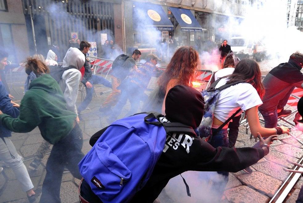 'No Salvini day a Milano, gli studenti lanciano uova e fumogeni contro la polizia