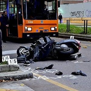 Milano, incidente sulla preferenziale: scooter investe pedone