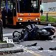 Incidente sulla corsia preferenziale: scooter investe pedone