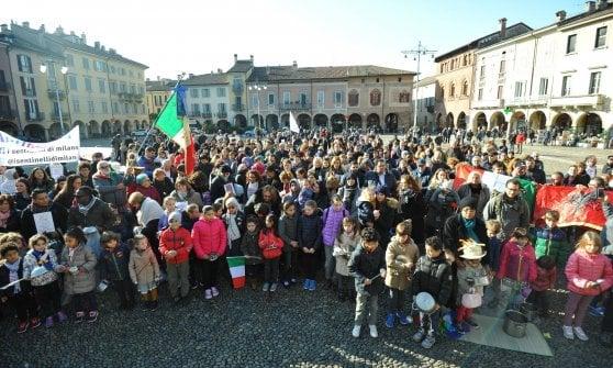 Lodi, caso mense: tutti in piazza per il flash mob in favore dei bimbi immigrati