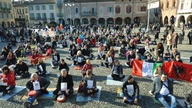 Lodi, caso mense: tutti in piazza a suonare le pentole nel flash mob per i bimbi immigrati