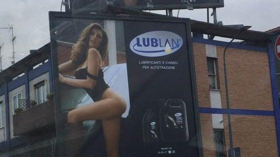 L'olio per motori con la ragazza in lingerie: polemiche per la pubblicità sessista a Milano