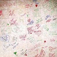 Monza, gli alunni ricordano la loro prof morta con decine di scritte sui