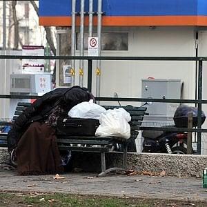 Milano, clochard trovato morto su una panchina:  a ucciderlo probabilmente il freddo