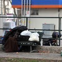 Milano, clochard trovato morto su una panchina:  a ucciderlo il primo freddo