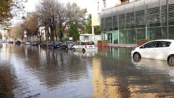 Milano, si rompe condotta d'acqua: allagata piazza Belfanti