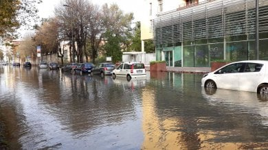 Si rompe condotta: allagata piazza Belfanti , acqua in viale Liguria e traffico deviato