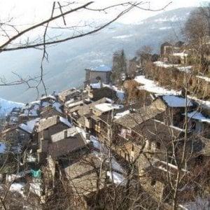 Varese, 1.400 gradini al giorno sulla mulattiera: i carabinieri in aiuto della frazione isolata