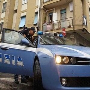 Milano, brucia la porta di casa e getta della candeggina addosso alla moglie: denunciato