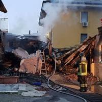 Incendio nel deposito, paura a Bollate: le fiamme distruggono le auto e sfiorano un'abitazione