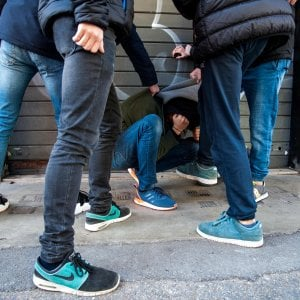 Varese, 15enne sequestrato e torturato da banda di coetanei