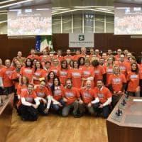 """Violenza sulle donne: i consiglieri lombardi in aula con t-shirt """"Non sei sola"""""""